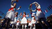 """Хора в традиционни костюми участват в танца на лунатиците в село Фуенте Серетерос, Кордоба, Испания. Според легендата танцът датира от идването на """"луди"""" емигранти от Тирол, докарани от испанския крал Карлос III през 18-и век."""