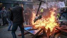 """""""Жълтите жилетки"""" се присъединиха към протеста на транспортните синдикати и се стигна до сблъсъци в Париж, Франция."""