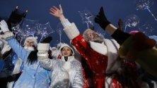 Мъже и жени, облечени като Дядо Мраз и Снежанка, участват в новогодишен парад в центъра на Минск, Беларус.