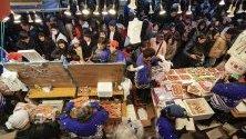 """Японци пазаруват рибни продукти по улица """"Амейоко"""" в Токио в подготовка за Нова година. Годишно около 2 милиона души минават по улицата - една от туристическите дестинации в Токио."""