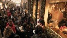 """Туристи разглеждат магазини из галерията """"Сен Юбер"""" в Брюксел, Белгия. Градът е една от най-предпочитаните дестинации за празниците."""
