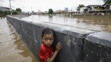 Индонезийско дете в наводнената столица Джакарта