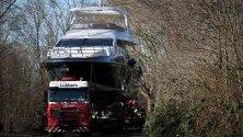 Придвижват луксозната яхта Azimut 72 F по улиците на Дюселдорф, Германия. Яхтата е една от най-големите,   които ще участват в изложение за водни спортове в града, което започва на 18 януари.
