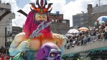 """Разноцветни платформи, танцьори и артисти изпълниха улиците на Пасто, Колумбия, по време на карнавала """"Blancos y Negros""""."""