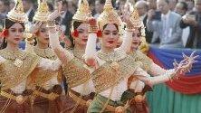 Танцьорки по време на Парад на победата в Пном Пен за 41-ата годишниан от освобождението на Камбоджа от режима на червените кхмери.