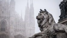 """Смог се стеле над площад """"Дуомо"""" в Милано, Италия. Регионът на Ломбардия спира най-замърсяващите автомобили от движение."""