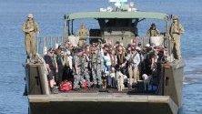 Жители на засегнати от горските пожари райони в щата Виктория в Австралия се евакуират с военен кораб.