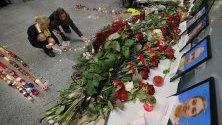 Роднини и приятели на екипажа на падналия в Иран украински самолет полагат цветя и свещина Международното летище в Киев, Украйна.
