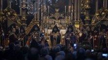 Арменският патриарх Сахак Машалиан Втори (в средата) участва в церемония по интронизацията му в патриаршеската църква в Истанбул, Турция. Той беше избран след смъртта на предшественика му Месроб Втори Мутафян.
