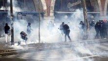 Сблъсъци в Париж между полиция и протестиращи по време на демонстрация срещу пенсионната реформа във Франция.