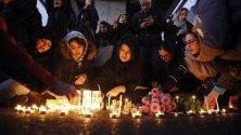 Иранци отдават почит на жертвите от падналия украински самолет. Хиляди иранци протестираха в подкрепа с жертвите, след като официалните власти признаха, че самолетът е бил свален от ракета заради човешка грешка.