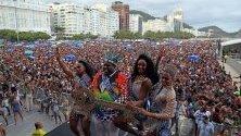 Кралицата на тазгодишния карнавал в Рио де Жанейро Камила Апаресида да Силва, кралят на карнавала Момо да Силва, първата и втората принцеса по време на предкарнавално шоу на Копакабана.