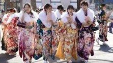 Японки, облечени в традиционни кимона, се събират на церемония за Деня на навършване на възрастта. Той се отбелязва от тези, които навършват 20 години, което се счита за навлизане в зрялата възраст.