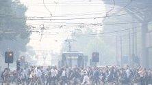 Пешеходци в Мелбърн, Австралия, вървят сред дим от горските пожари край града.