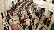 Участници в новогодишен бал в Националната опера на Беларус в Минск.