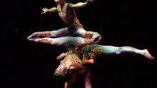 """Китайски акробати от трупата """"Черно и бяло"""" с изплънение по време на Международния цирков фестивал в Будапеща, Унгария."""