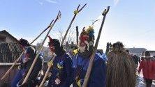 """Маскирани украинци обикалят къща по къща в прогонване на лошите духове по време на празника """"Маланка"""", село Белелуя, Украйна."""