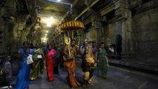 Индуистки свещеници се молят по време на фестивала на жътвата `Pongal` в храм в Коломбо, Шри Ланка.