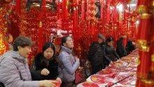 Пазаруващи за идващата Китайска нова година на пазар в Пекин, Китай. На 25 януари започва Годината на Плъха.