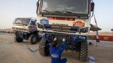 Руснакът Дмитрий Сотников проверява камиона си по време на Рали Дакар 2020.