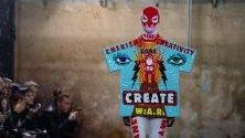 """Ревю на белгийския дизайнер Валтер ван Бейрендонк, наречено """"Ready to Wear"""", по време на Седмицата на модата в Париж."""