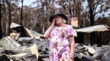Жена стои край изгорялата си къща в Мого, Австралия. Горските пожари погълнаха града по Нова година.