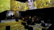Картина на Густав Климнт бива прожектирана в дигитална изложба в Digital Art House в Рига, Латвия.
