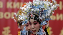 Изпълнителка в традиционен китайски костюм по време на проява за Китайската нова година в Белград, Сърбия, която започва от 25 януари.