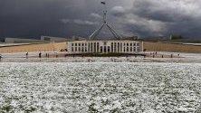 Градушка пред парламента в Канбера, Австралия. Силната буря дойде след продължителната жега, предизвикала унищожителни горски пожари.
