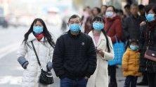 Китайци носят маски докато се придвижват из Вухан, провинция Хубей, заради епидемия от новата разновидност на коронавирус.