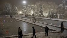 Иранци се разхождат в заснежен парк в Техеран. Жителите на града бяха изненадани от обилен снеговалеж.