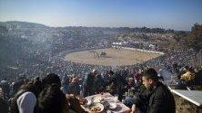 Зрители си правят пикник по време на традицонния фестивал за борби с камили в Селджук, Турция.