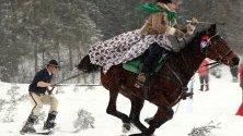 Ездач дърпа мъж на ски по време на традиционно ски състезание Kumoterska Gonba в село Мале Киче в полските Татри. Участниците се състезават в няколко дисциплини като надпревара с шейни и дърпане на скиори с галопиращи коне.
