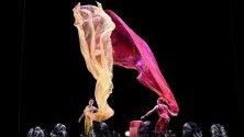 """Американските циркови актьори Сет Блум и Кристина Гелсън и актьорът Даниел Вурцел с изпълнение на """"Air Play"""" на фестивала в Сидни."""