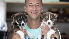 Тенисъстът Филип Колшрайбер прегръща седеммесечни кученца от Second Chance Rescue по време на Australian Open в Мелбърн.