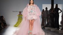 """Ревю на модна къща """"Ралф и Русо"""" по време на Седмицата на модата в Париж."""