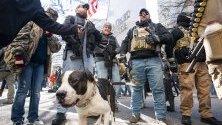 Поддръжници на правото на лично оръжие на шествие пред щатските законодателни сгради в Ричмънд, Вирджиния, САЩ.