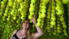 Зрителка позира сред тенис топки по време на Australian Open в Мелбърн.