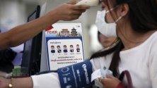 Проверяват температурата на посетители в болницата в Банкок, Тайланд, заради разпространението на новия коронавирус, погубил вече 9 души в Китай, а над 400 са заразените.