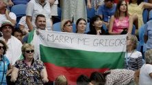 Фенка на Григор Димитров е опънала плакат с предложение за женитба по време на мача му с Хуан Игнасио Лондеро на Australian Open.