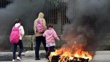 Ливанци минават край клади на протестиращи в Бейрут. Нови сблъсъци избухнаха след формирането на правителство в Ливан.