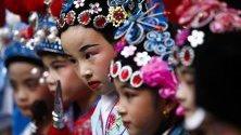 Деца, облечени в традиционни костюми, празнуват настъпването на Китайската нова година в Манила, Филипините.