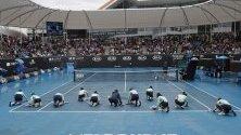 Подсушаване на кортовете след дъжд по време на мач от Australian Open в Мелбърн.