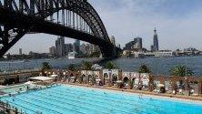 Плуващи в олимпийски басейн в Сидни, Австралия. Обявено е предупреждение за високи температури в части от Нови Южен Уелс.
