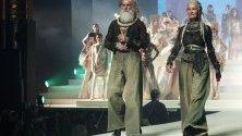 Моделът Катрин Лоуи участва в представянето на от-котюр колекцията на Жан-Пол Готие по време на Седмицата на модата в Париж.
