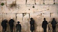 Ортодоксални евреи се молят на Стената на плача в Ерусалим, Израел.