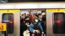 Пътници с маски в метрото в Тайпе, Тайван. Страната спря туристическите пътувания от и за китайския град Вухан, откъдето тръгна новата вирусна епидемия.