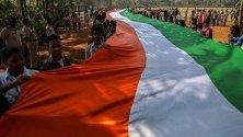 Индийски ученици държат дълго над 350 метра национално знаме по време на шествие, организирано преди Деня на републиката, в Мумбай, Индия.