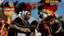 """Танцьори изпълняват предколониалната пиеса """"El Rabinal Achi"""", разказваща за войната между градове на маите преди завладяването им. Всяка година индианците от племето ачи изпълняват традиционни пиеси намаите в град Рабинал, Гватемала."""