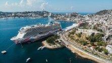 """Първият презокеански круизен кораб за сезона край брега на Акапулко, Мексико, - корабът """"Norwegian Joy""""."""